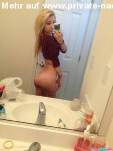 sexy selfie im badezimmer in den spiegel