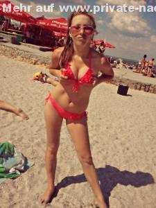 exfreundin in rotem bikini am strand sexy drueckt ihre titten zusammen
