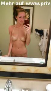 freche freundin mit bikini abdruck macht von sich ein nacktfoto mit dem handy
