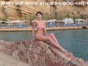 sehr huebsche junge freundin im urlaub im bikini privates urlaubsfoto