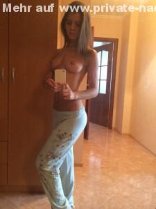 sexy oben ohne selfie mit jogginghose