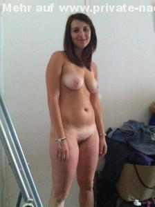 nackt posing auf privatem nacktfoto von freundin suesses laecheln