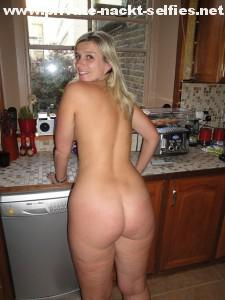 manuela zeigt in der kueche nackt ihren po