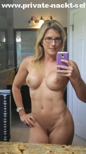 whatsapp nackt selfie blondine mit brille mit handy nacktfoto