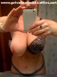milf mit dicken titten macht nackt selfie fuer whatsapp