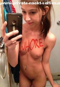 duenne schlampe schreibt sich mit lippenstift whore auf den koerper und macht davon ein selfie