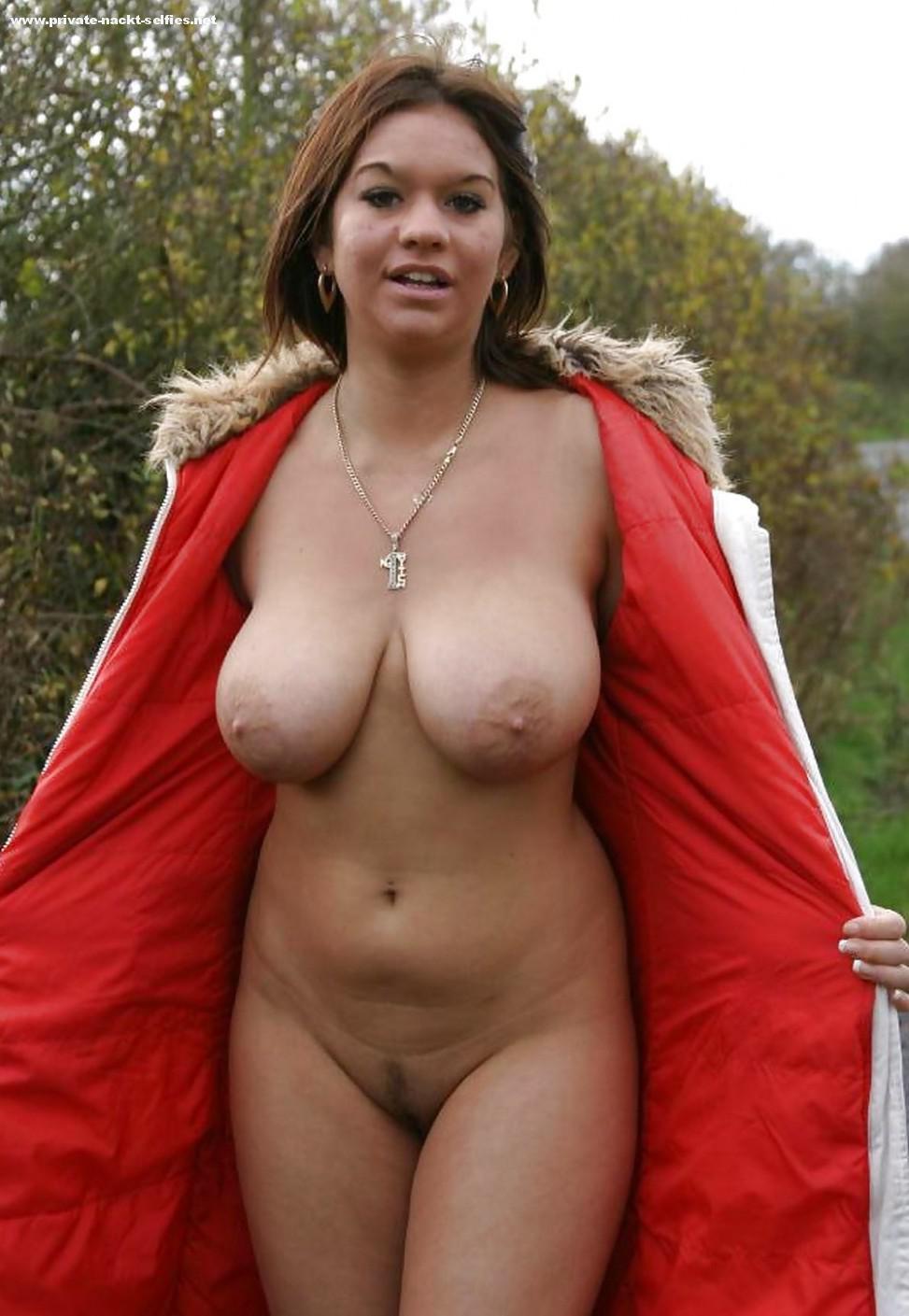 Frau zeigt ihre titten