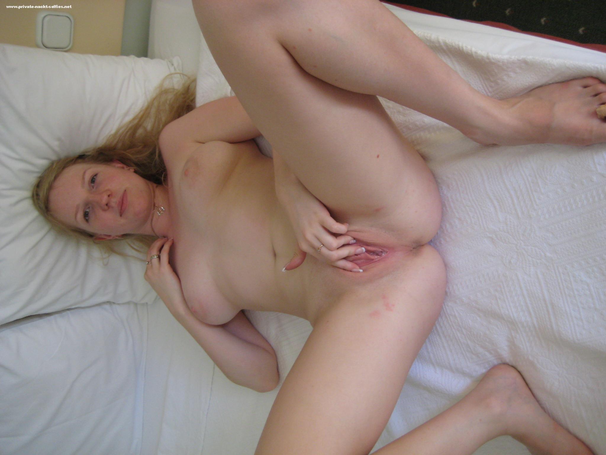 Nackt auf bett selfi