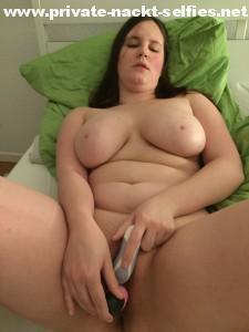 mollige exfreundin masturbiert
