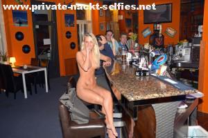 nackte frau in einer bar sexy exhibitionistisch pervers oeffentlich 6