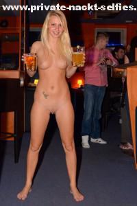 nackte frau in einer bar sexy exhibitionistisch pervers oeffentlich 7