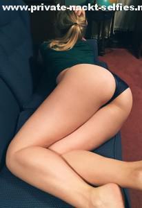 privates foto sexy freundin lange beine im slip